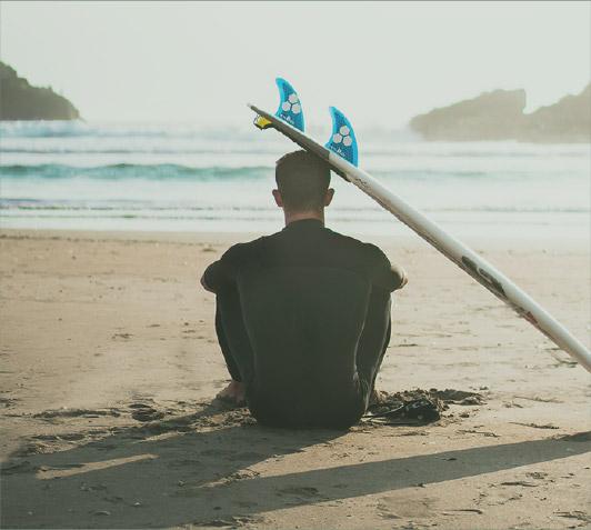 Surfista en frente del mar