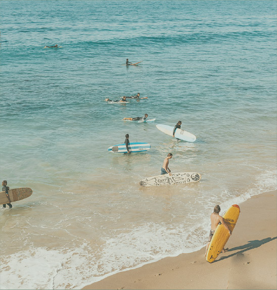 Surfistas haciendo surf